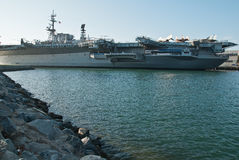 Vliegdekschip op de haven Stock Foto's