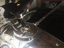 Vliegend B-ornament op de bonnet van een Bentley-auto stock foto