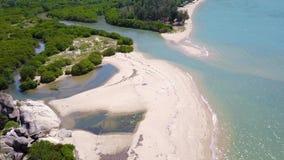 Vliegend boven het eiland, over een ertsader en een blauwe oceaan Luchtmening van mooi strand stock videobeelden