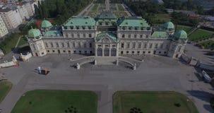Vliegend boven majestueuze Belvedere in Wenen, Oostenrijk stock videobeelden