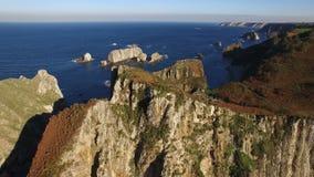 Vliegend de kust met grote rotspijlers - Luchtvideo - Playa del Silencio, Asturias, Spanje stock video