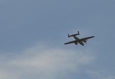 Vliegend dubbel steun oud vliegtuig Royalty-vrije Stock Foto's