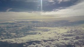 Vliegend in hemelwolken, vreedzame vlieg in paradijs, glanst de zon stock video