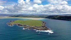 Vliegend naar het uiteinde van Inishkeet naast het toegekende Narin-Strand door Portnoo in Provincie Donegal, Ierland, één van stock footage