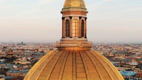 Vliegend op een hommel rond de koepel van St Isaac Kathedraal in St. Petersburg bij zonsondergang, close-up stock footage