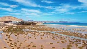 Vliegend over Costa Calma-stranden, Fuerteventura, Canarische Eilanden stock footage