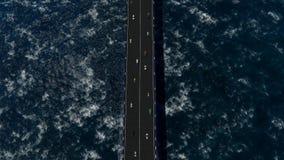 Vliegend over de brug het overzees met grote golven stock illustratie