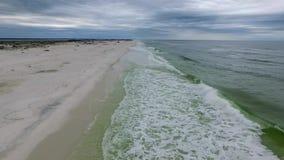 Vliegend over de Golf van Mexico en Strand in Pensacola, Florida Bewolkte Avondhemel stock videobeelden