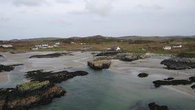 Vliegend over de mooie Ierse kust door Rossbeg, Ardara - Provincie Donegal, Ierland stock footage