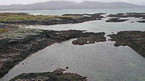 Vliegend over de mooie Ierse kust door Rossbeg, Ardara - Provincie Donegal, Ierland stock videobeelden