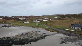 Vliegend over de mooie Ierse kust door Rossbeg, Ardara - Provincie Donegal, Ierland stock video