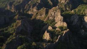 Vliegend over de scherpe rotsen met oud weinig vesting in Georgië stock video