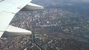 Vliegend over de stad van Kiev, Kiev van een hoogte stock videobeelden