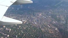 Vliegend over de stad van Kiev, Kiev van een hoogte stock video