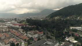 Vliegend over de stad van Quito, Ecuador stock footage