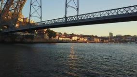 Vliegend over Douro-rivier en onder de brug van Eiffel in Porto, Portugal stock videobeelden