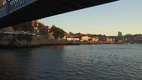 Vliegend over Douro-rivier en onder de brug van Eiffel in Porto, Portugal stock video