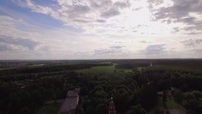 Vliegend over Heilige Dwarsklooster en Beklimmingskathedraal in Lukino, Rusland stock videobeelden