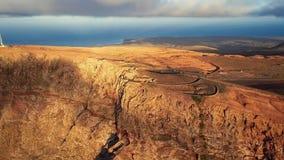 Vliegend over het gezichtspunt van Mirador del Rio, Lanzarote, Canarische Eilanden, Spanje stock footage