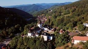 Vliegend over kerk in Spania Dolina, Slowakije stock footage