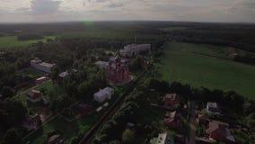 Vliegend over Lukino-Dorp met Beklimmingskathedraal, Rusland stock video