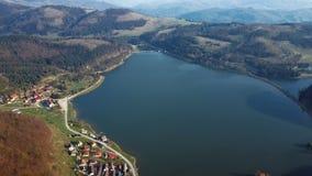 Vliegend over meer in het Slowaakse Paradijspark, Slowakije stock videobeelden