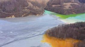 Vliegend over patronen van kleurrijke mijnbouw chemische residu's, de verontreiniging van de cyanideaard van goudmijn, hommelmeni stock video