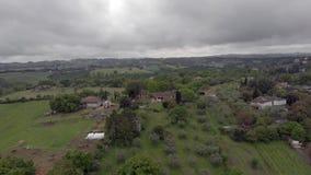 Vliegend over platteland over weiden en heuvels, bossen en fruitbomen stock videobeelden