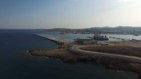 Vliegend over water naar havendokken, containers, vrachtschepen stock footage