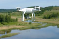 Vliegend quadcopter `-Spoor 4 Edvansed ` dicht omhoog royalty-vrije stock afbeelding