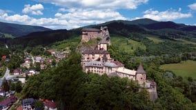 Vliegend rond Orava-kasteel, Slowakije stock footage