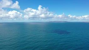 Vliegend van Portnoo aan Aran Island, Arranmore, Provincie Donegal - Ierland stock videobeelden