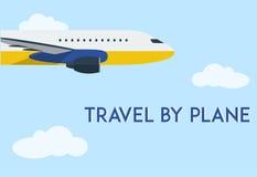 Vliegend vliegtuig in duidelijke blauwe hemel met wolken Minimale vlakke vectorillustratie voor Web of druk Royalty-vrije Stock Afbeelding