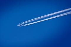 Vliegend vliegtuig op de blauwe hemel Stock Foto