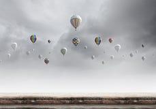 Vliegende aerostaten stock afbeeldingen
