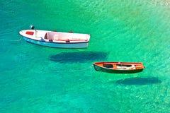 Vliegende boten op turkoois overzees satellietbeeld royalty-vrije stock foto