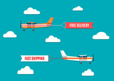 Vliegende die reclamebanners door licht vliegtuig worden getrokken Stock Afbeelding