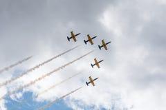 Vliegende driehoeksvliegtuigen met dampslepen Royalty-vrije Stock Foto