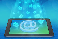 Vliegende enveloppenberichten op het scherm van de tablet Royalty-vrije Stock Fotografie
