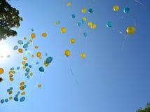 Vliegende gele en blauwe ballons Royalty-vrije Stock Afbeeldingen