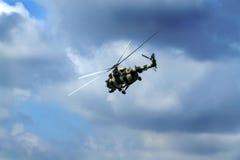 Vliegende helikopter tegen blauwe hemel Stock Foto