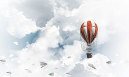 Vliegende hete luchtballon in de lucht Royalty-vrije Stock Afbeelding