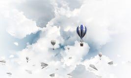 Vliegende hete luchtballon in de lucht Royalty-vrije Stock Foto
