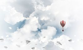 Vliegende hete luchtballon in de lucht Stock Fotografie