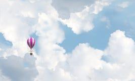 Vliegende hete luchtballon in de lucht Royalty-vrije Stock Fotografie