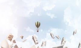 Vliegende hete luchtballon in de lucht Royalty-vrije Stock Foto's