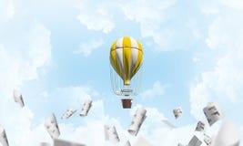 Vliegende hete luchtballon in de lucht Stock Foto's