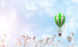 Vliegende hete luchtballon in de lucht Stock Afbeelding