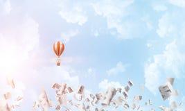 Vliegende hete luchtballon in de lucht Stock Foto