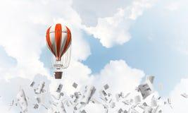 Vliegende hete luchtballon in de lucht Stock Afbeeldingen